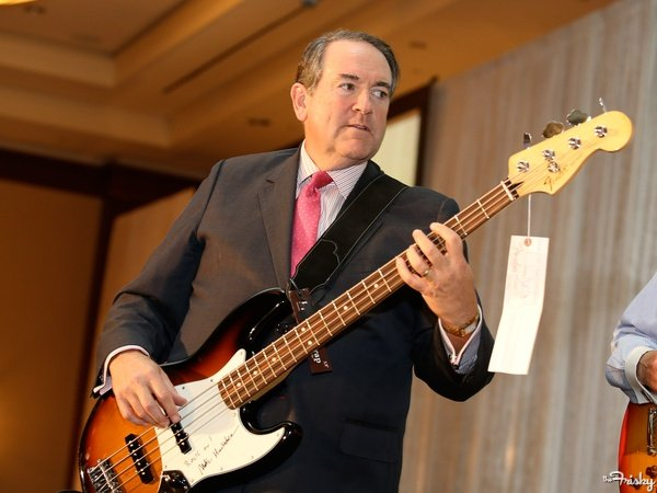 mike-huckabee-bass-player-600x450